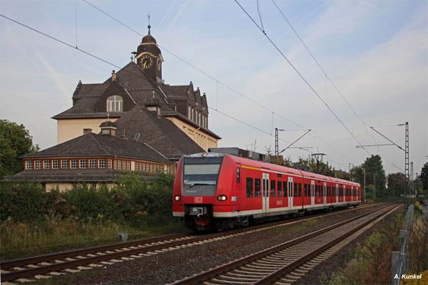 425 523 / 023 ist am Morgen des 03. September 2016 als RB nach Aschaffenburg unterwegs und wird gleich in Großauheim an den Bahnsteig rollen.