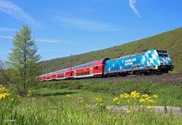 146 246 hat RE 4608 nach Frankfurt am Haken, als sie am 06. Mai 2016 bei Wernfeld durchs Maintal rollt.
