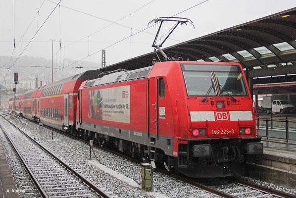 """""""Kein Job wie jeder andere: Triebfahrzeugführer bei der DB"""". So wirbt 146 223 am 4. Januar 2017, als sie mit IRE 4214 nach Stuttgart Ulm Hbf verlässt."""