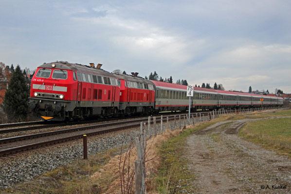 218 429 der DB bringt am 3. Januar 2020 gemeinsam mit der von RP angemieteten 218 488 dem IC 119 nach Lindau, hier bei Martinszell.