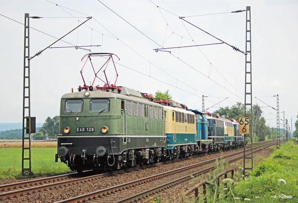 E40 128 hat als Zug DBM Lr 91348 die Loks 140 423, 212 372, E41 001, 217 014, E10 121 und 110 300 am Haken. Auch sie wird am 25. Juli 2016 in Babenhausen abgelichtet.