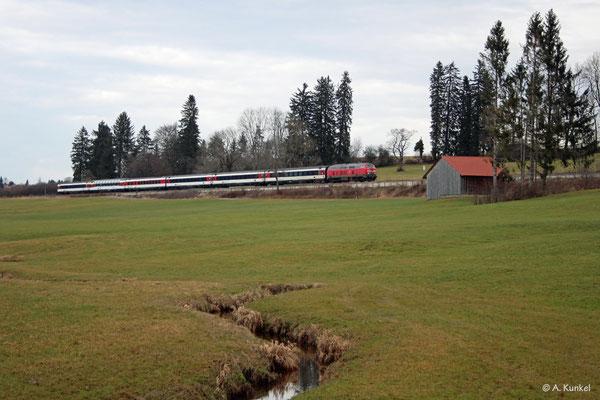 Eine 218 vor EC 194 am 3. Januar 2020 bei Martinszell.