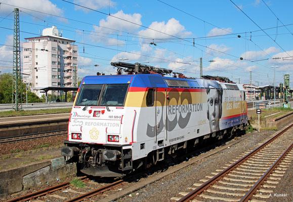 185 589 von Rheincargo trägt eine Beklebung zum 500. Jubiläum der Reformation. Am 17. April 2017 steht die Lok in Frankfurt-Höchst und wartet auf den nächsten Einsatz.