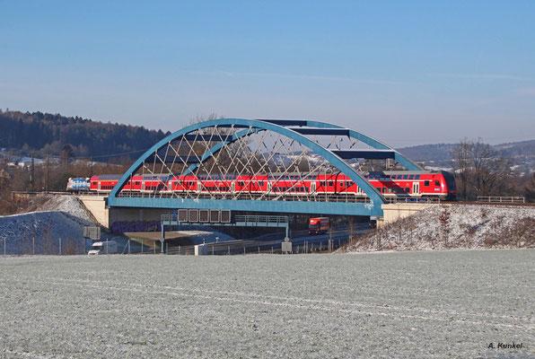 """146 247 """"Vernetzt in die Zukunft"""" zieht RE 4606 nach Frankfurt. Bei Heigenbrücken ist die Lok dem Gegenzug mit der Bahnland-Bayern-146 246 begegnet (Hösbach, 18. Januar 2016)."""