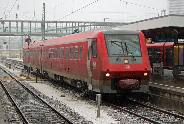 Am Bahnsteig im winterlichen Ulm Hbf steht 611 007 am 4. Januar 2017 bereit zur Abfahrt als RE 22334 nach Sigmaringen.