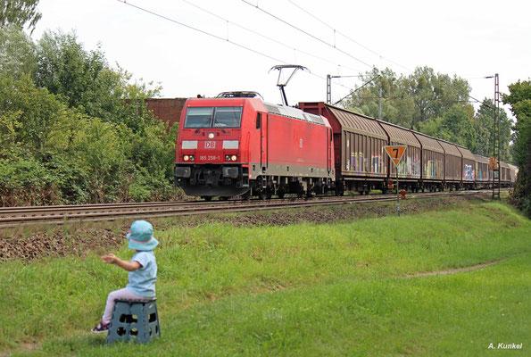 An 185 258 hat auch die kleine Franziska ihren Spaß, als sie mit ihrem Güterzug vorbeidonnert (Hanau-Wilhelmsbad, 30. August 2017).