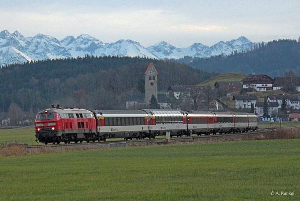 Am Nachmittag des 3. Januar 2020 rollt 218 418 vor EC 195 nach München bei Stein durchs Allgäu.