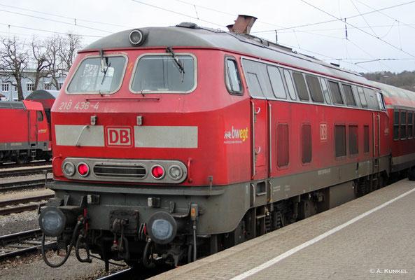 Hinter einer Garnitur n-Wagen steht 218 436 am 01. März 2019 abfahrbereit in Ulm am Bahnsteig.