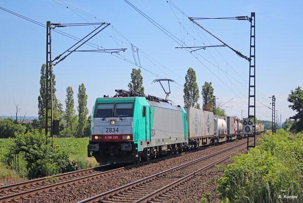 E186 226 ist am 05. Juli 2017 mit einem Containerzug bei Babenhausen in Richtung Rheinstrecke unterwegs.