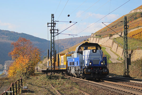 Diese Gravita zieht ihren Bauzug am 02. November 2017 durch das herbstliche Rheintal bei Rüdesheim.