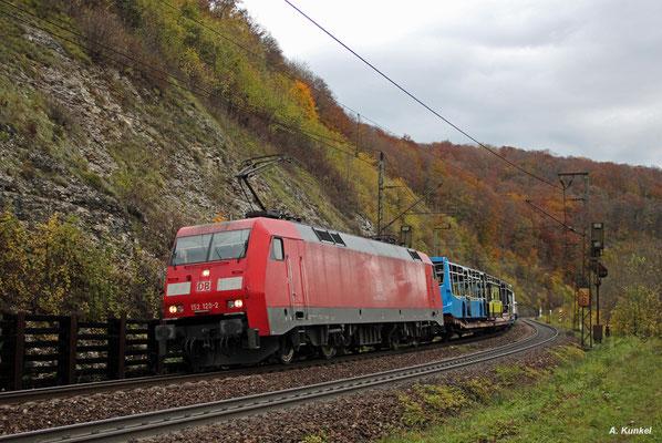 152 120 zieht einen mit neuen Bus-Karosserien beladenen Zug in Richtung Stuttgart, als sie am 21. Oktober 2017 auf die Geislinger Steige kommt.