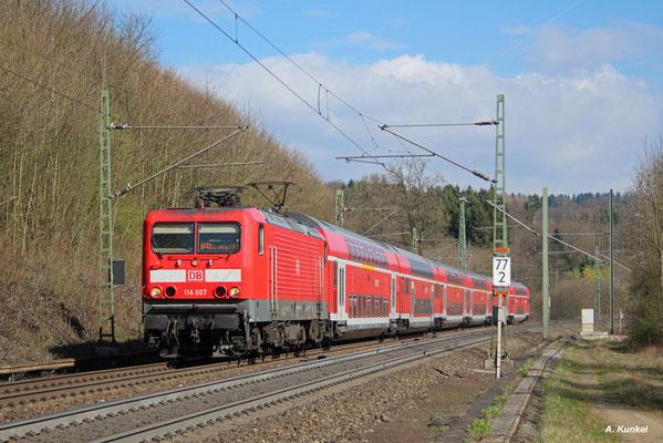 114 007 zieht am 30. März 2017 den RE 4515 von Fulda nach Frankfurt. Bald wird sie den Halt in Schlüchtern erreichen.