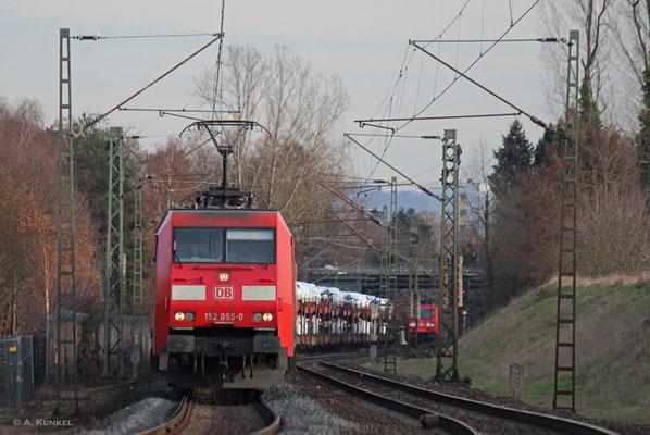 Während 152 055 mit nagelneuen Audis als Fracht am 13. Februar 2019 ans Esig des Abzweig Rauschwald rollt, steht im Hintergrund 185 360 und wartet darauf, auf die Strecke nach Aschaffenburg wechseln zu dürfen.