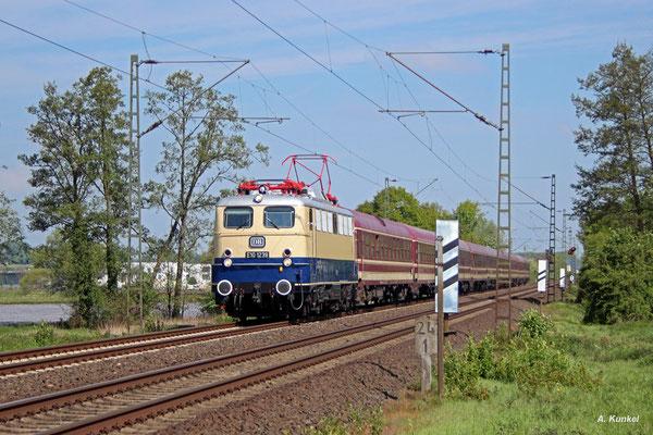 E10 1239 bringt am 06. Mai 2017 einen Sonderzug nach Hanau, der dort von der Dampflok der Museumseisenbahn Hanau übernommen wird, hier in Bruchköbel.
