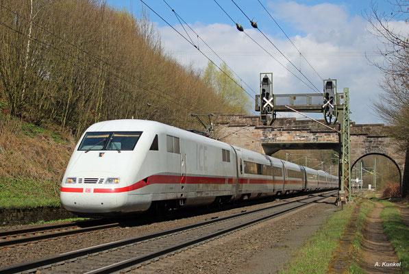"""Einst moderner Vertreter des DB Fernverkehrs gehört der ICE 1 mittlerweile schon fast zum alten Eisen. Der Triebzug 166 """"Gelnhausen"""" wird am 30. März 2017 bald seine namensgebende Stadt durchfahren."""