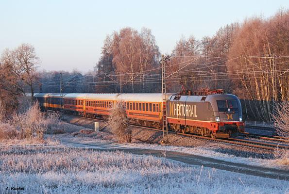"""242 517 """"Fitzgerald"""" von Hectorrail ist täglich mit dem Locomore-Zug von Stuttgart nach Berlin (und zurück) unterwegs. Am 30. Dezember 2016 wirft die gerade aufgegangene Sonne ihre ersten Strahlen auf den Zug und die Rauhreif-Landschaft bei Hasselroth."""