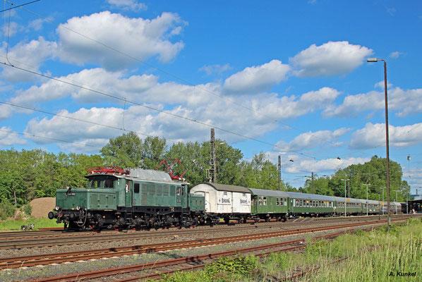 E94 088 bringt den Sonderzug der Historischen Eisenbahn Frankfurt am Nachmittag wieder nach Frankfurt zurück, hier bei der Durchfahrt in Kahl am Main. Am Zugende läuft 01 118 mit.
