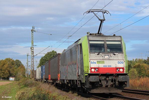 Die BLS schickt am 05. Oktober 2017 ihre 486 509 nach Bischofsheim.