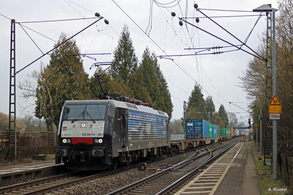 189 281 trägt seitliche Reklame für die Bayernhafen-Gruppe. Am 12. März 2016 kommt die Lok mit einem Containerzug durch Großkrotzenburg.