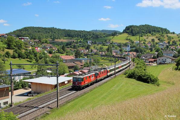 Re420 230 (eigentlich im Einsatz für die Zürcher S-Bahn) und Re4/4 11302 am 04. Juli 2016 vor IR 1972 Zürich HB - Basel SBB bei der Durchfahrt von Zeihen am Schweizer Bözberg.