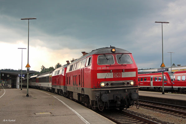 218 401 und 218 426 bringen am 21. Juni 2019 gemeinsam den EC 195 nach München, hier bei der Ausfahrt in Kempten Hbf.
