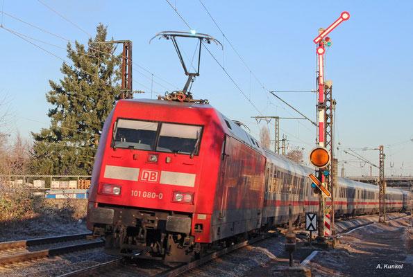 101 080 bringt am 03. Dezember 2016 den IC 2226 von Passau nach Hamburg Altona. Als sie den Zug in Hanau Hbf vorbei am Einfahrsignal schiebt, sorgen eiskalte Temperaturen für kleinere Lichtbögen an der Schleifleiste des Stromabnehmers.