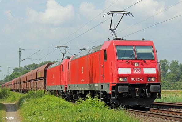 185 225 uns 185 273 sind am 25. Juli 2016 mit einem Erzzug unterwegs in den Süden. Auf ihrem Weg kommen sie auch durch Babenhausen (Hessen).