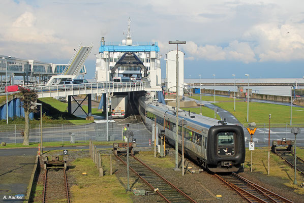 """""""Gumminase"""" 5092 rollt am 18. September 2017 als EC 35 nach Kopenhagen in Puttgarden auf die Fähre."""