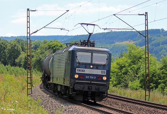 143 936 der RBH legt sich am 07. Juli 2016 mit einem Ölzug bei Obersinn in die Kurve.