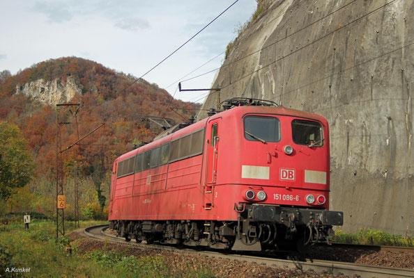 151 086 kehrt am 21. Oktober 2017 von einem ihrer Schiebeeinsätze auf der Geislinger Steige zurück. Die Lok trägt den orientroten Lack, jedoch mit Frontbalken, wie es der verkehrsroten Lackierung entspricht.