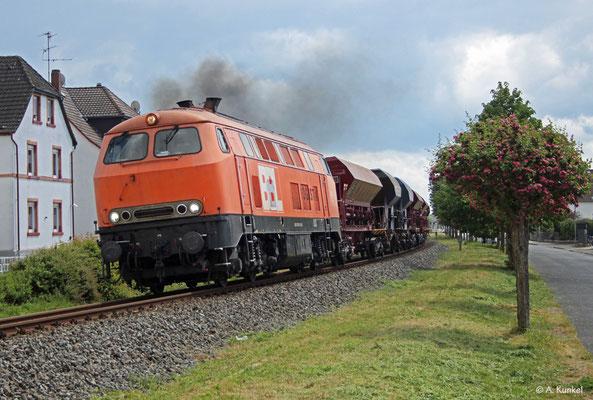 Mit 225 099 der BBL kommt am 29. April 2020 mal wieder ein Güterzug auf die Strecke Babenhausen - Hanau, hier bei der Ausfahrt in Hainstadt.
