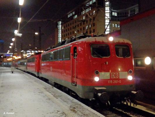 Leider nur ein Handybild gibt es vom PbZ 2486 München - Leipzig, als er am 10. Januar 2017 mit 115 261 und der Wagenlok 115 114 im Frankfurter Hbf steht.
