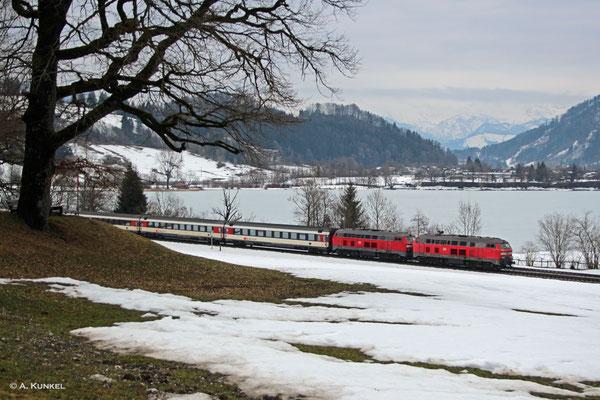 218 422 und 218 403 befördern am 02. März 2019 den EC 194 München - Zürich, den sie bis Lindau bringen werden. Hier passieren sie den Großen Alpsee bei Immenstadt.
