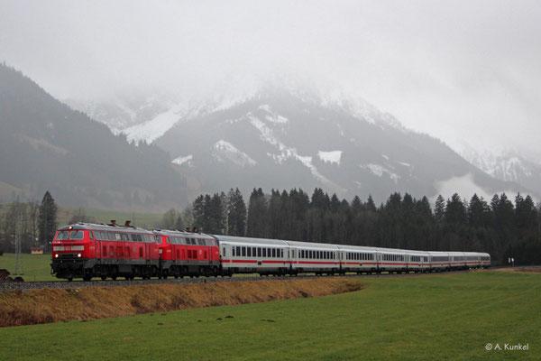 218 456 und 218 499 ziehen am 4. Januar 2020 den IC 2012 bei Unterthalhofen durch den Regen.