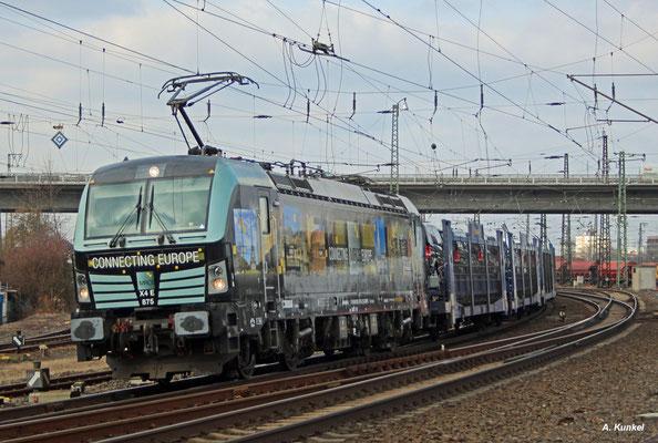 X4E 875 (193 875) bringt am 09. Februar im Auftrag der Rurtalbahn Cargo neue Autos in den Süden. Auf ihrer Route kommt sie auch durch Hanau Hbf.