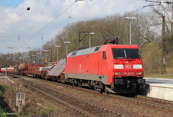 152 163 rollt mit ihrem gemischten Güterzug in Laufach ein. Dort erhält der Zug seine Schiebelok (151 148) und muss noch einige Überholungen abwarten, bis die Fahrt über die Spessartrampe beginnen kann (06. April 2016).