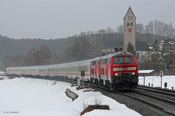IC 2012 wird am 01. März 2019 von 218 487 und 218 467 gezogen, als er kurz nach Immenstadt durch Stein fährt.