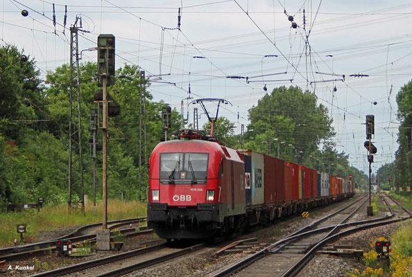 ÖBB-1016 035 mit Containern am 17. Juni 2017 in Großkrotzenburg.