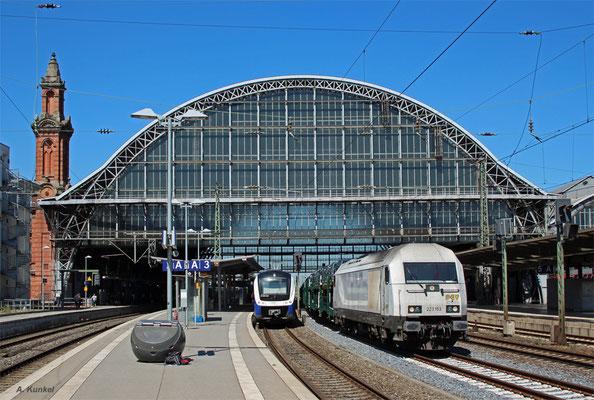 223 153 von PCT Altmann mit einem Autozug am 20. Juli 2016 in Bremen Hbf neben ET 440 220 der Nordwestbahn.