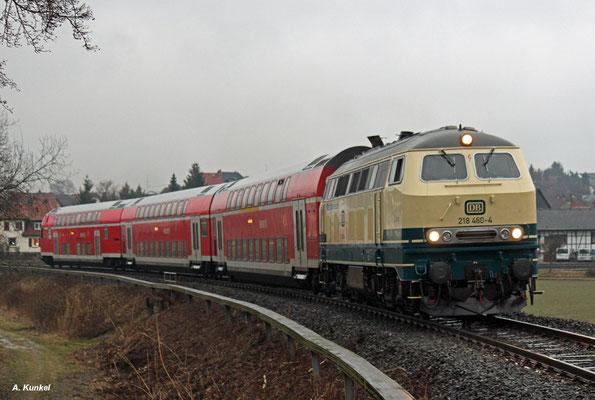 218 460 verlässt mit ihren drei Dostos Stockheim (30. Januar 2017).