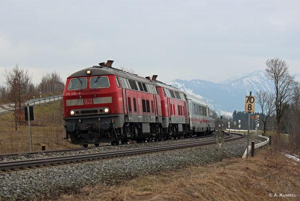 Vor IC 2012 hängen am 02. März 2019 die 218 434 und 432, hier bei Waltenhofen.