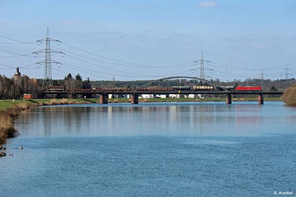 185 229 ist am 26. März 2016 mit einem gemischten Güterzug unterwegs und überquert bei Stockstadt den Main.