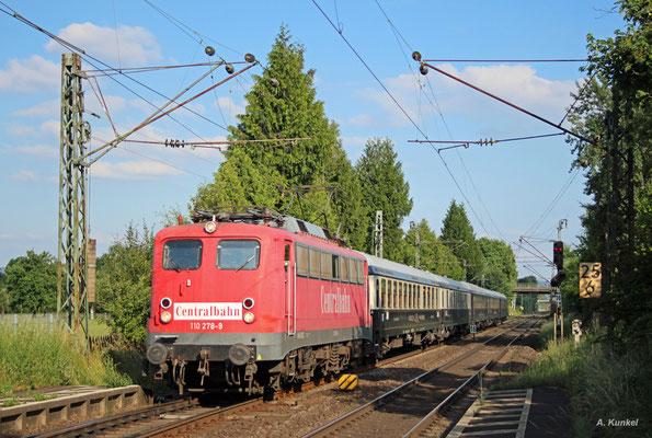 Am 13. Juni 2017 bespannt 110 278 der Centralbahn den Sonderzug DPF 13488 Jesenice - Dortmund. Am Abend kommt der aus Wagen des Classic-Courier gebildete Zug durch Großkrotzenburg.
