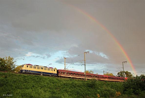 E10 1239 ist am 25. Mai 2019 mit einem Sonderzug in Hanau Wolfgang unterwegs, als ein Regenbogen am Himmel steht.