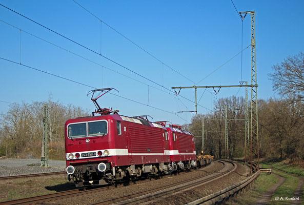143 650 und 143 179 (kalt) von Delta Rail bespannen am 25. März 2020 einen leeren Containerzug, mit dem sie auch durch Hanau kommen.