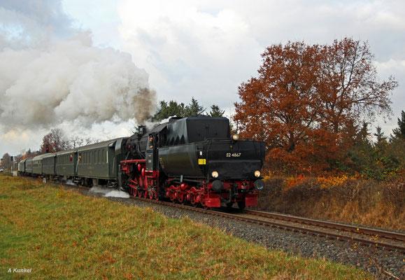 Am 27. November 2016 fährt die Historische Eisenbahn Frankfurt mit ihrer 52 4867 zum Weihnachtsmarkt nach Michelstadt im Odenwald. Gerade hat der Zug Hainburg-Hainstadt durchfahren.