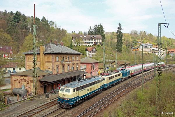 218 460 überführt am 21. April 2017 einige Fahrzeuge des DB Museums nach Koblenz. Als sie durch Heigenbrücken kommt, hat sich gerade die erste Wolke seit Stunden vor die Sonne geschoben...