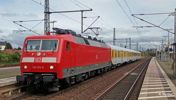 Am 31. August 2017 erreicht 120 125 von DB Systemtechnik mit ihrem Messzug Riedstadt-Goddelau (Handyfoto).