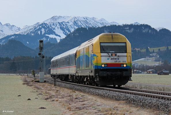 223 013 zieht den aus der TRI-Ersatzgarnitur bestehenden ALX 84137 am 3. Januar 2020 bei Altstädten nach Immenstadt.