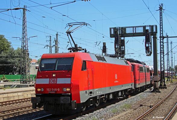 152 046 zieht am 20. Juli 2016 die 151 132 und einen beladenen Autozug -diesmal sind es Audis- durch Bremen Hbf nach Bremerhaven.